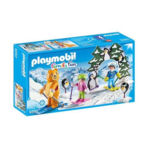 Moniteur de ski avec enfants